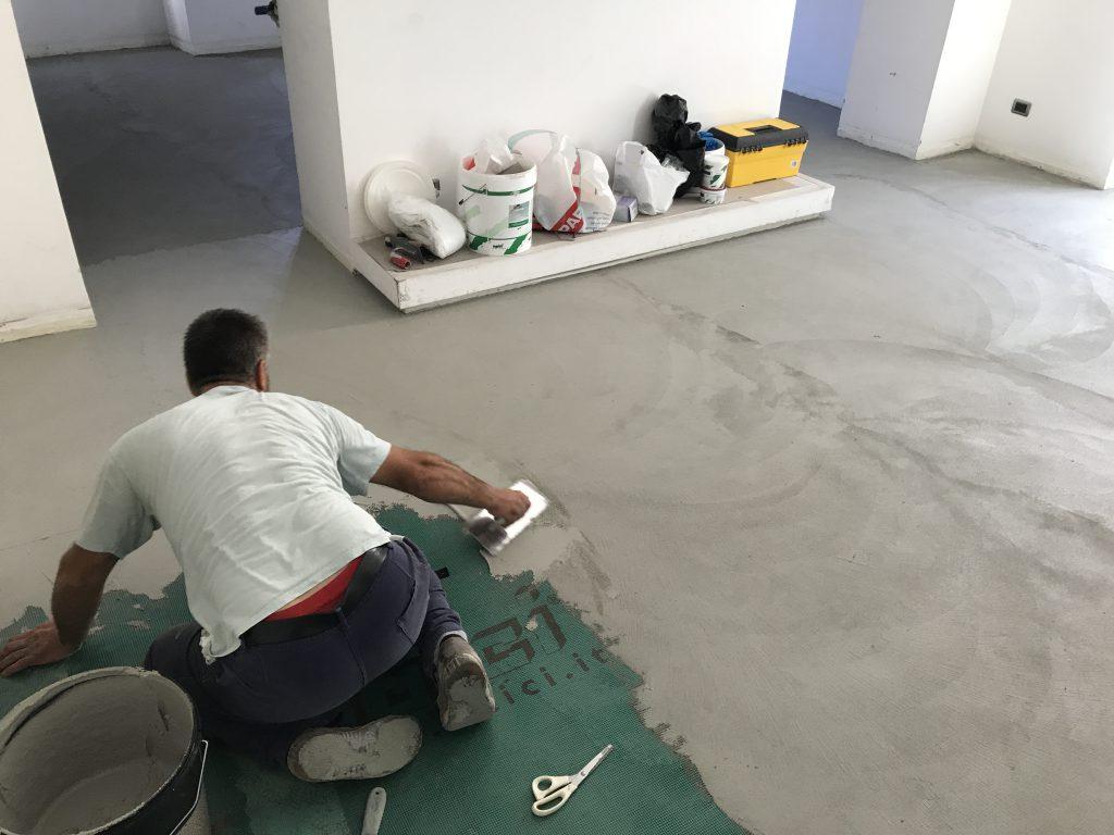fase di applicazione di un pavimento in resina